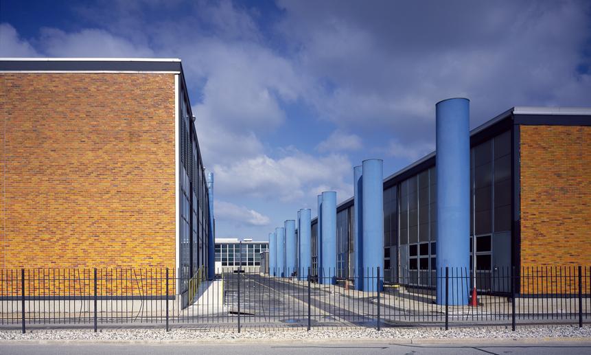 Некоторые из резервных офисов похожи на бункеры, с резервными источниками питания и толстыми бетонными стенами, другие - просто здания за забором.