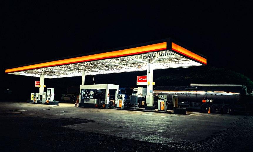 Бензин подешевел пока только у оптовиков.